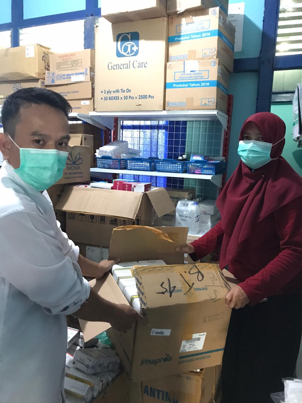 Tim Seksi Farmasi Distribusikan Obat dan BMHP ke Puskesmas
