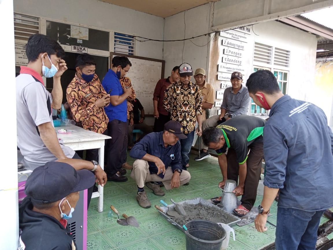 Antusias Masyarakat Saat Pembinaan Beton di Desa Gudang Hulu Selimbau