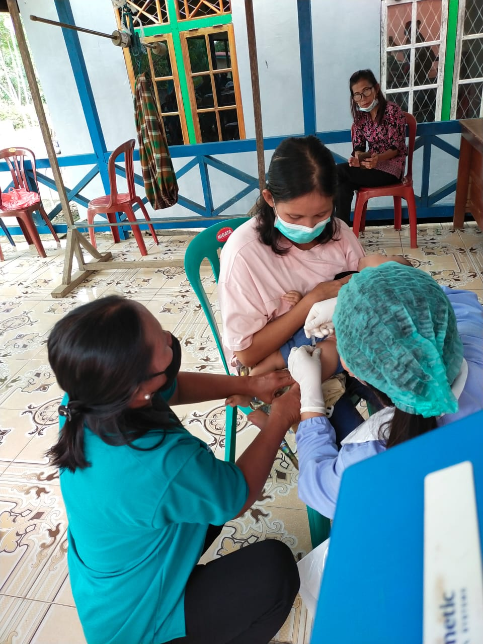 Nakes Puskesmas Semitau Berikan Pelayanan Imunisasi di Posyandu Desa Kenerak