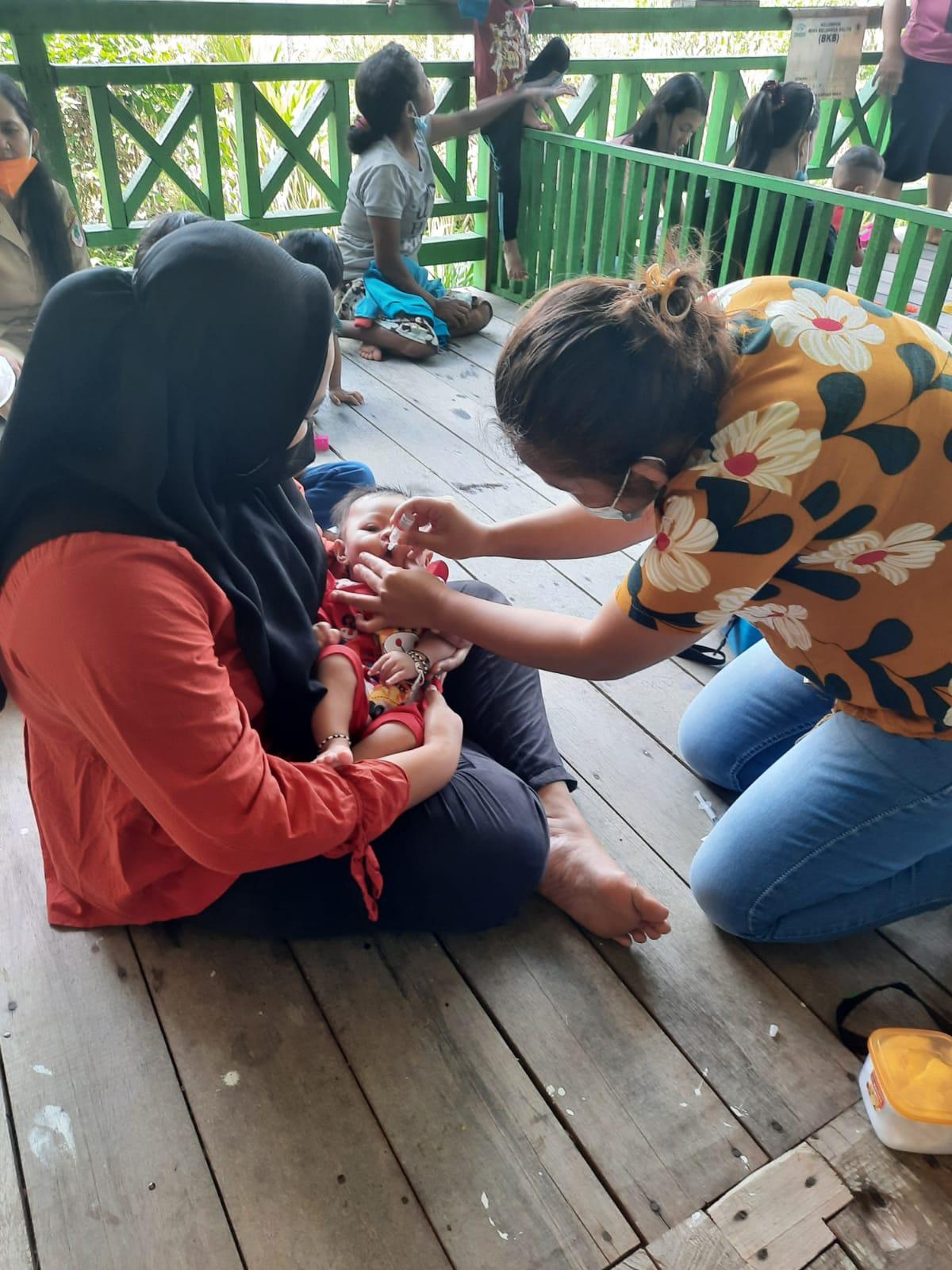 Nakes Puskesmas Batang Lupar Imunisasi Bayi Balita di Desa Labian