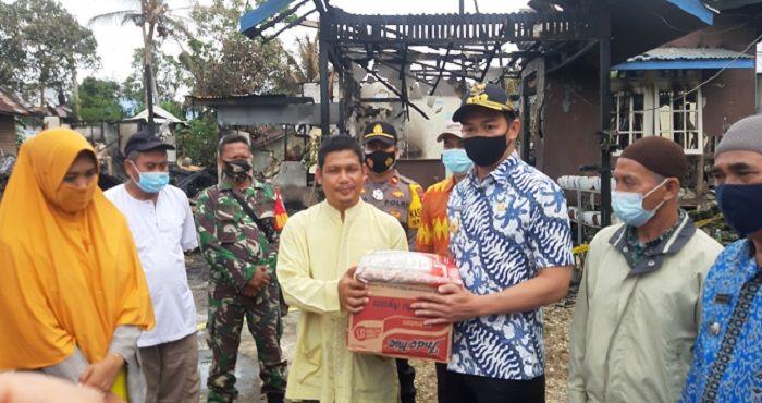 Kepala BPBD Kapuas Hulu Dampingi Bupati Kapuas Hulu Tinjau dan Beri Bantuan Korban Kebakaran di Kedamin Hilir