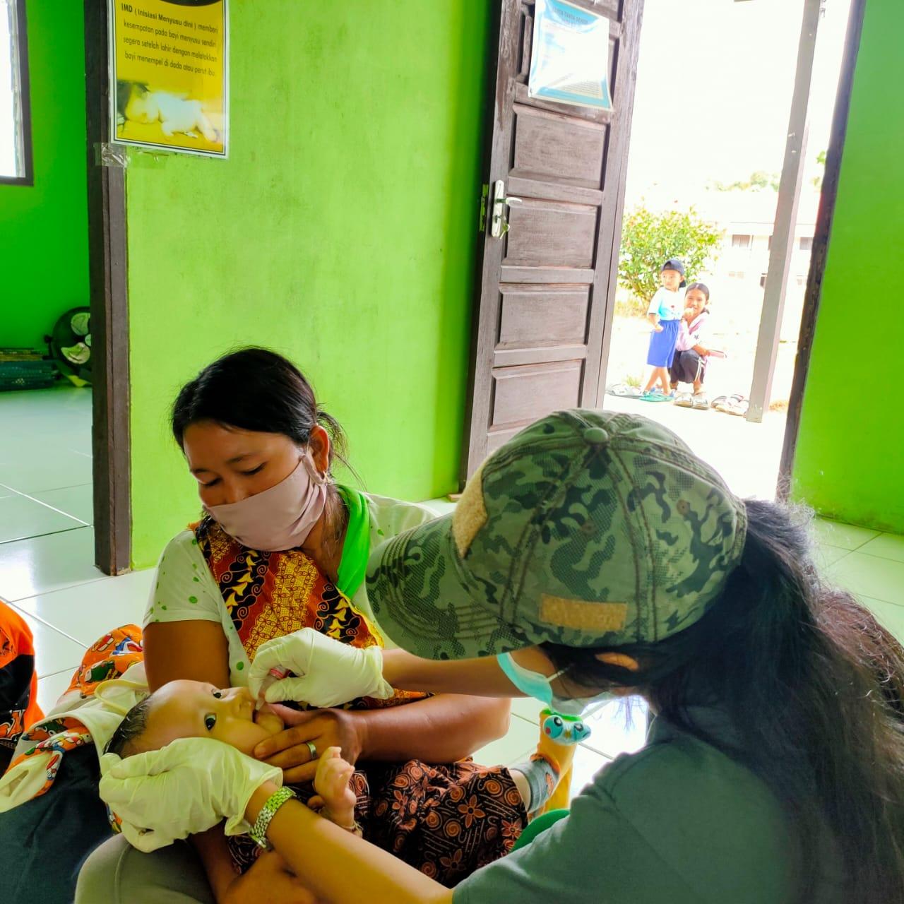 Nakes Puskesmas Empanang Laksanakan Imunisasi di Desa Tintin Peninjau