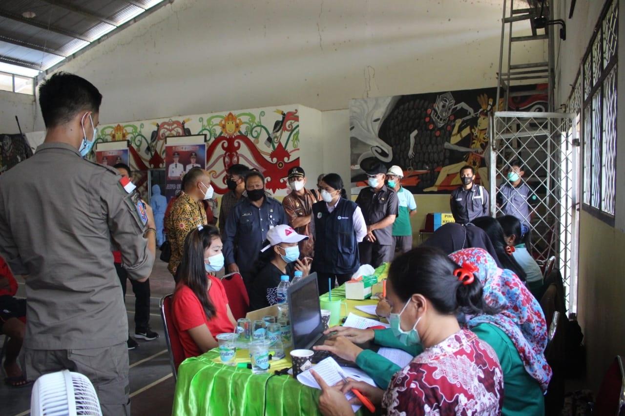 Sekda Kabupaten Kapuas Hulu  meninjau pelaksanaan Vaksinasi COVID-19 di Seriang Kecamatan Badau